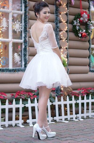 Váy ngắn chân lưới bồng bềnh, họa tiết điểm lông trên nền ren, áo khoét V phía sau sexy và trẻ trung.