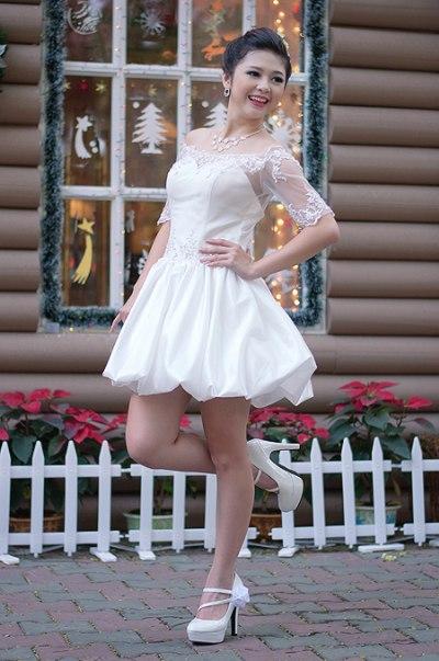 Váy ngắn ren ôm vai chân boom nhí nhảnh.