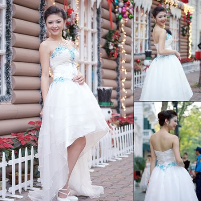 Váy mullet bồng bềnh lãng mạn với họa tiết ren hoa phối màu.