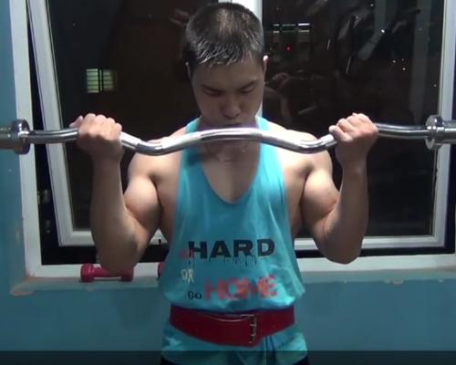 Bài tập cơ tay 1: Cuộn cơ tay với thanh tạ