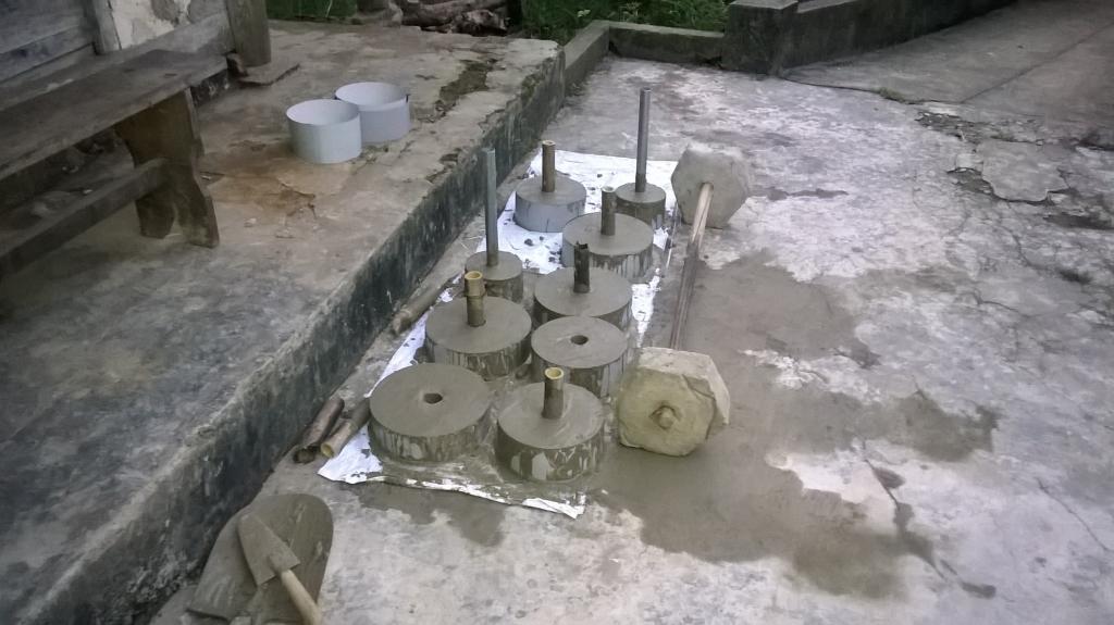 Sau khi trộn và đổ bê tông vào khuân đúc tạ