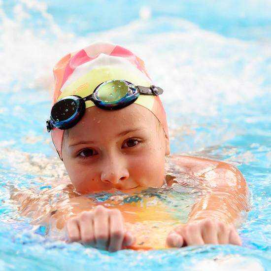 Sử dụng mũ bơi và kính bơi giúp trẻ luôn được an toàn