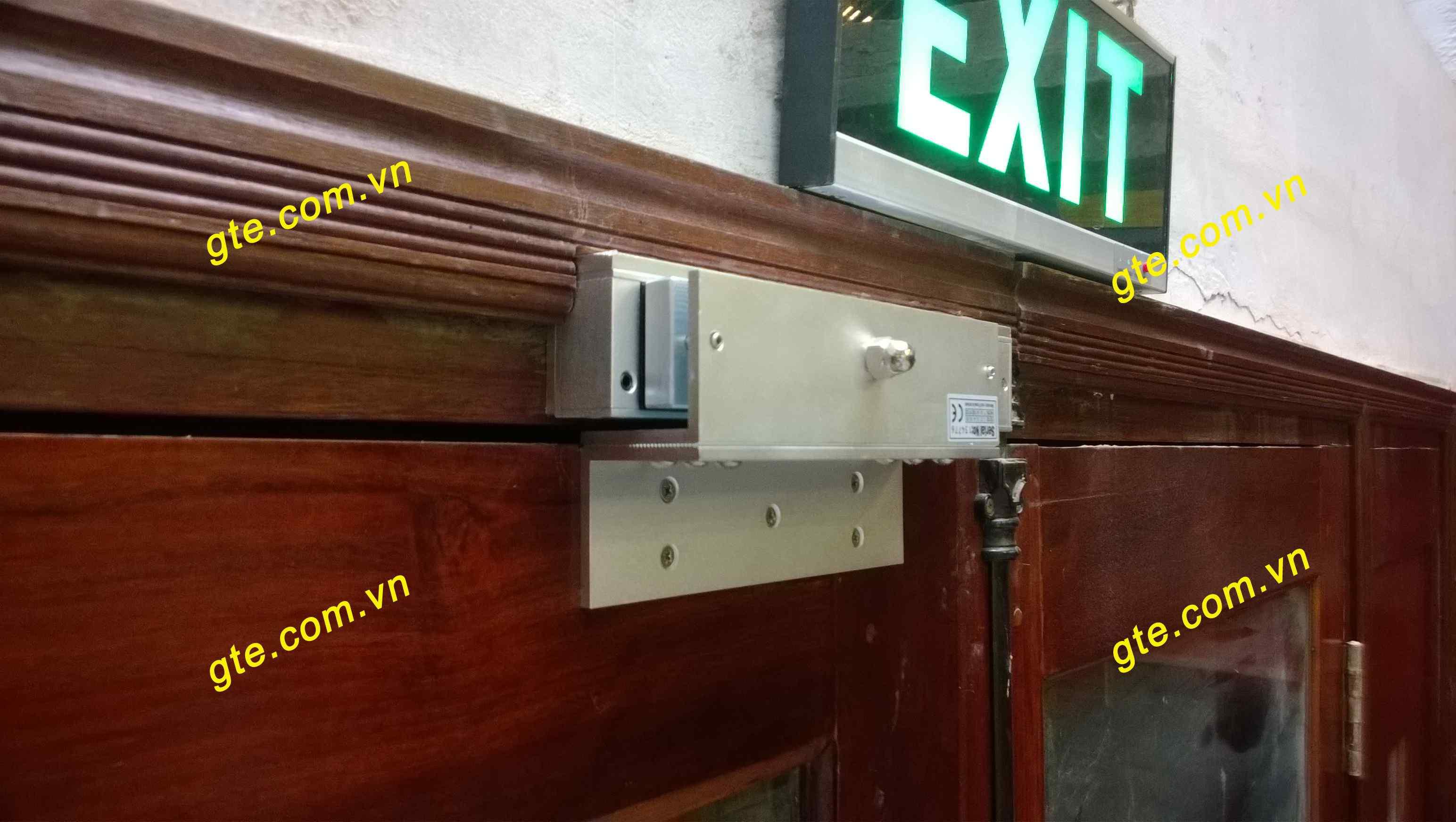 lắp khóa từ cho cửa gỗ