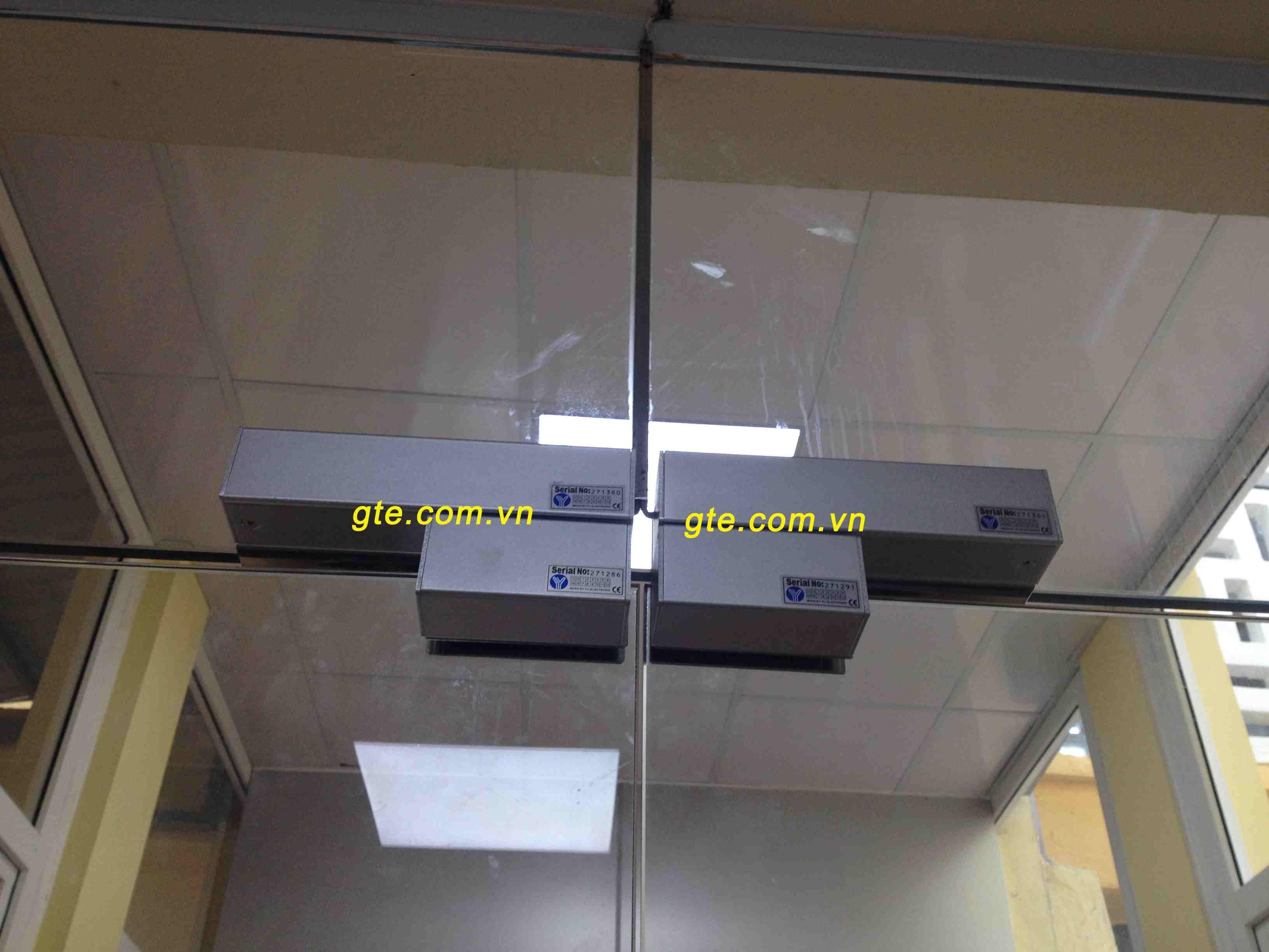 lắp đặt khóa chốt thả lên cửa full kính