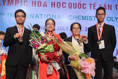Mai Phương (đứng thứ hai từ phải sang) cùng các bạn trong đội tuyển Olympic Hóa học của Việt Nam tham dự ICho 2014