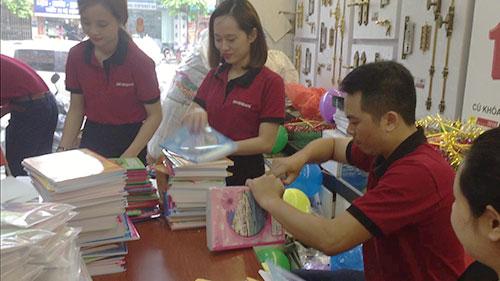 SEVENDAYS nhộn nhịp đóng gói những quyển vở mang theo tình cảm yêu thương đến các em nhỏ 1