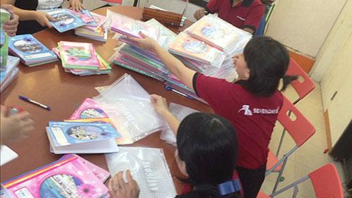 SEVENDAYS nhộn nhịp đóng gói những quyển vở mang theo tình cảm yêu thương đến các em nhỏ 2