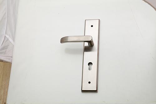 Cách khắc phục hiện tượng rơ, rung lắc khóa cửa 2