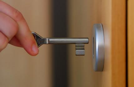 Chọn khóa theo chất liệu cửa
