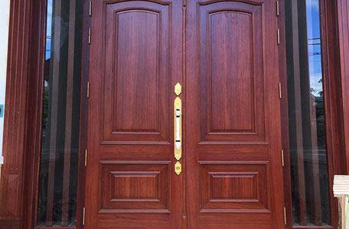 Cửa đại sảnh kết hợp cùng khoá mạ vàng 48K tôm đại sảnh vừa được lắp lên cửa còn chưa tháo lớp bảo vệ đã rất nổi bật