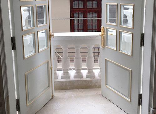 Khoá đồng mạ vàng sánh đôi với cremone trên cánh cửa ban công vừa làm đẹp, vừa giữ an toàn cho căn biệt thự