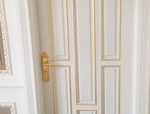 Lấp lánh bộ khoá vàng trên những ô cửa trang trí nẹp sơn nhũ vàng toát lên sự đẳng cấp riêng