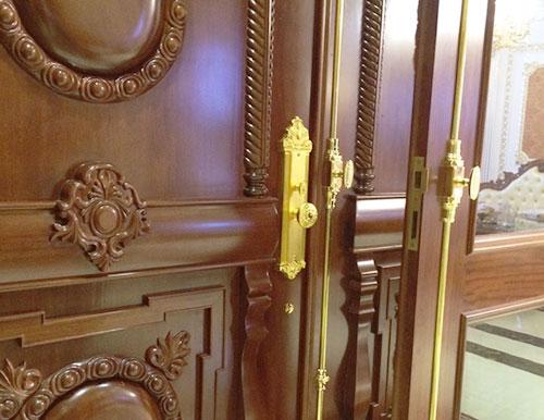 Khoá cùng cremone mạ vàng Sevendays kết hợp ăn khớp làm cánh cửa sáng bừng lên