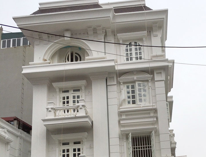Biệt thự Lạng Sơn với những ô cửa vuông vắn sơn trắng hoà quyện cùng màu sơn tường