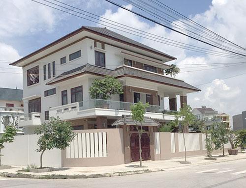 Biệt thự 3 tầng với những ô mái dốc tông nâu kiểu Á Đông, phối hợp màu sơn tường trang nhã và hiện đại tạo ấn tượng mới mẻ