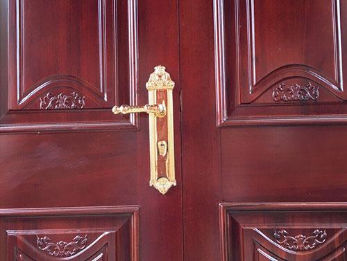 Khoá đồng mạ vàng 24K của Sevendays nổi bật trên nền gỗ