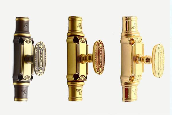 Với công nghệ tiên tiến nhất hiện nay, Sevendays đem đến dòng cremone đồng có bộ cơ độc đáo khác biệt, vô cùng êm nhẹ khi sử dụng, chống độ dơ giữa tay cầm và củ. Hơn thế, tất cả các thanh đồng đều đặc, bản to gấp rưỡi thanh thông thường, chắc chắn vô cùng