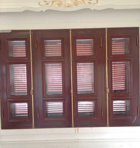 Cánh cửa cho dù khép vào hay mở ra, nhìn từ xa hay nhìn gần vẫn có nét đẹp thu hút ánh nhìn. Và chắc chắn rằng khi ta đóng cửa lại, cremone sẽ giữ chắc chắn cố định cánh cửa sổ thay cho những bộ khoá bảo vệ an toàn cho căn nhà
