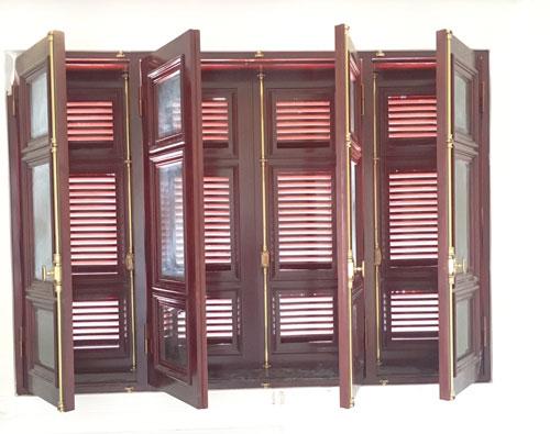 Từng bộ cremone với thanh đồng chắc chắn, màu sắc sang trọng như một món trang sức tô điểm thêm cánh cửa gỗ