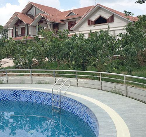 Không gian phía sau là bể bơi gia đình được bao quang bởi vườn cây, đủ tiện nghi như một khu nghỉ dưỡng sang trọng