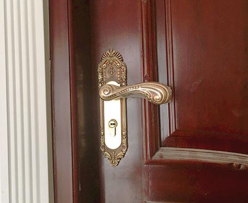 Khoá hoa mai tay cong cũng được gia chủ lựa chọn cho rất nhiều cánh cửa để tăng thêm nét mềm mại, duyên dáng cho ngôi biệt thự