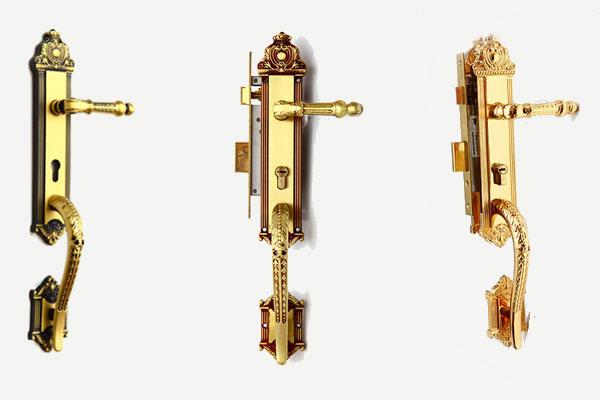 Khoá đồng đúc tay tôm của Sevendays rất sang trọng cho cửa đại sảnh, của chính. Với các hoạ tiết trên tay khoá kết hợp đuôi tôm mềm mại sẽ làm cánh cửa nổi bật hơn nhiều