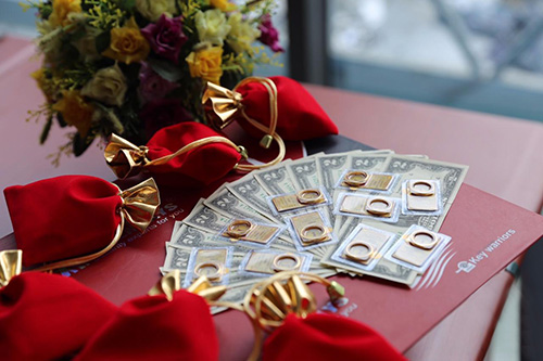 Rất nhiều chỉ vàng và các đồng đôla may mắn đã được Sevendays chuẩn bị cẩn thận để gửi tới tay Quý Khách hàng