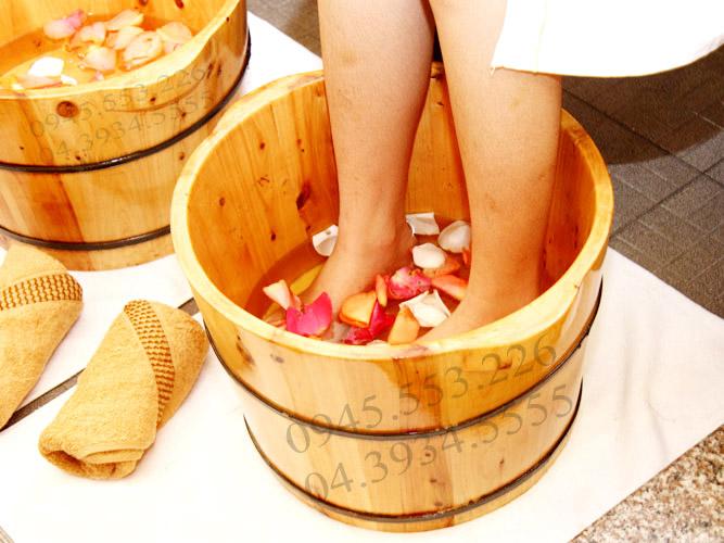 Ngâm chân vào buổi tối với bồn gỗ ngâm chân