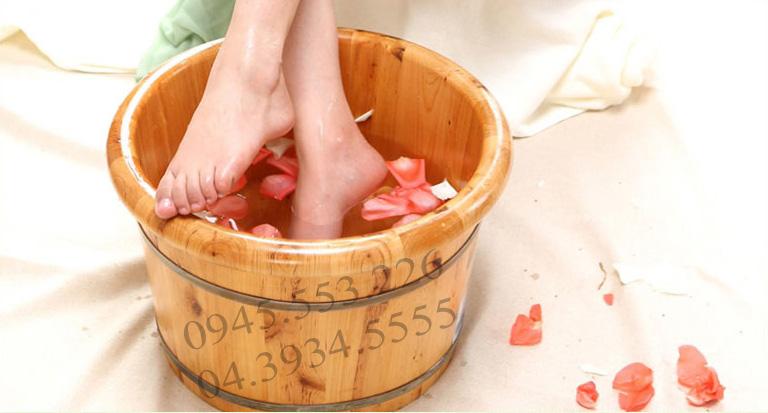 Ngâm chân bằng bồn ngâm chân kết hợp với các loại thảo dược