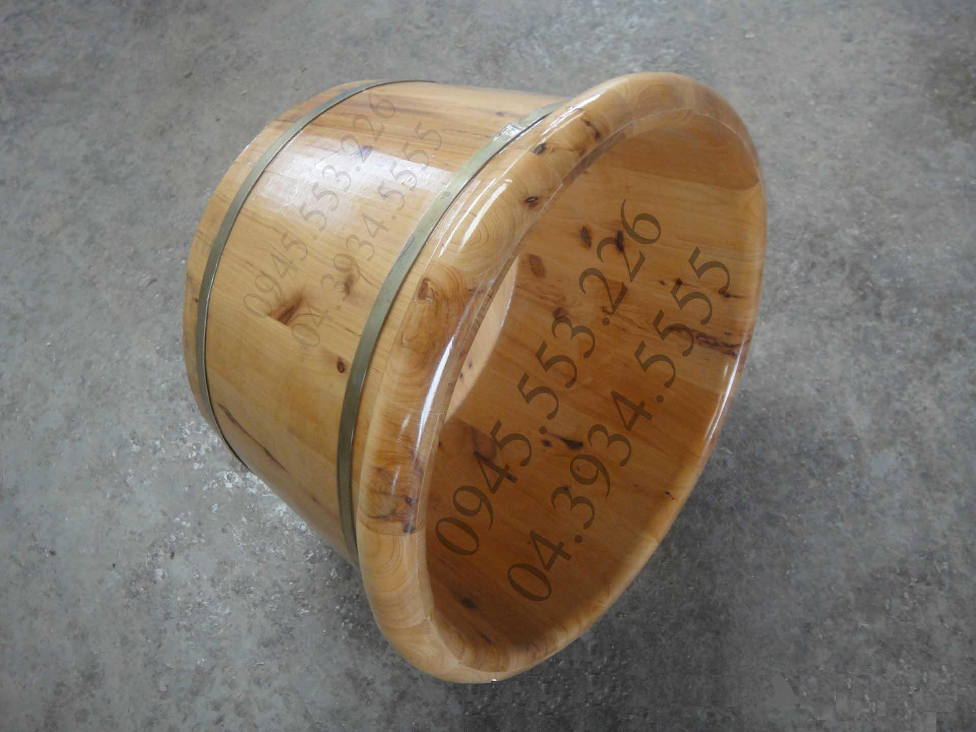 Bồn ngâm chân được làm bằng gỗ tuyết tùng