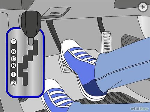 6. Sau khi đưa xe đến đích và dừng hẳn, chân phải vẫn đạp phanh, sau đó di chuyển cần số về vị trí P (Parking) và tắt máy. Đừng quên kéo phanh tay. Chân trái luôn luôn để ở phần chờ, không dùng vào bất cứ thao tác nào trên xe số tự động.