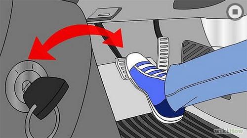 4. Đạp phanh và vặn chìa khóa theo chiều kim đồng hồ khởi động xe.