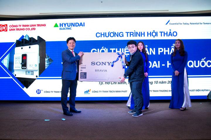 Khách hàng may mắn nhất hội thảo trúng giải đặc biệt - Internet Tivi Sony Bravia