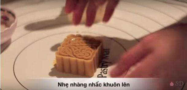 cach-lam-banh-trung-thu-bang-khuon-lo-xo