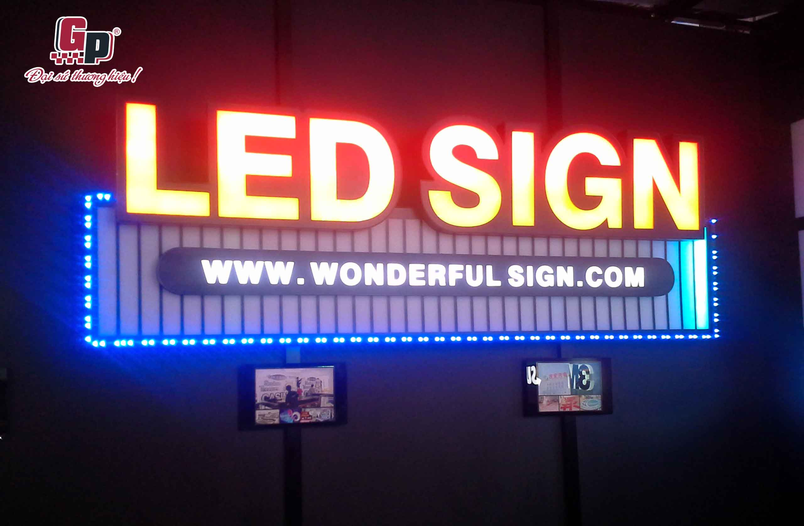 bật đèn quảng cáo tự động khi trời tối