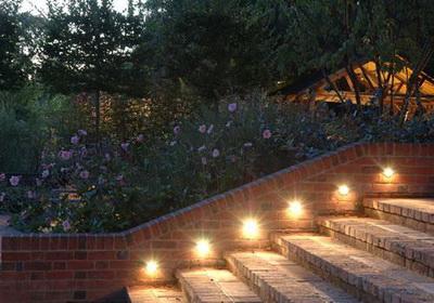 bật đèn sân vườn tự động