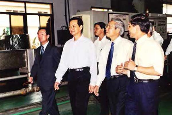 Thủ tướng Nguyễn Tấn Dũng thăm và làm việc tại Công ty Cổ phần Viễn thông Điện tử VINACAP