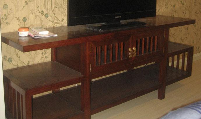 kề tivi gỗ tự nhiên phòng ngủ