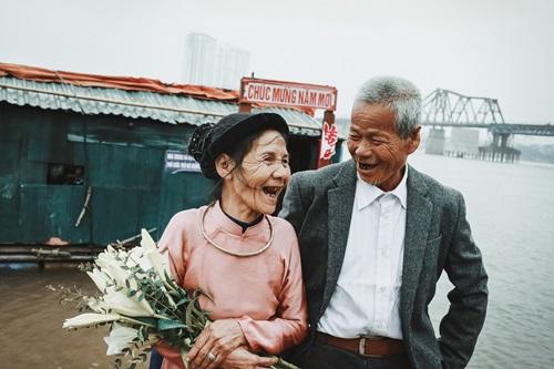 cặp vợ chồng già hạnh phúc bên nhau dù nghèo khó