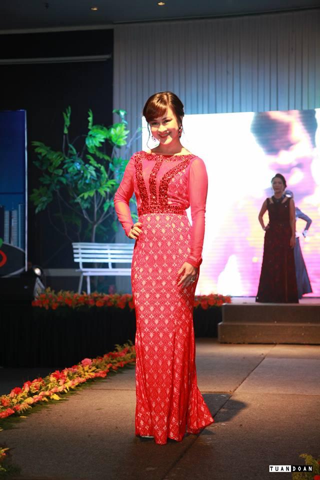 Người nữ Doanh nhân trở nên quý phái và quyến rũ trong trang phục dạ hội của Thời trang Sensorial