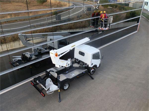 Xe nâng người 8m sửa chữa điện trên cao