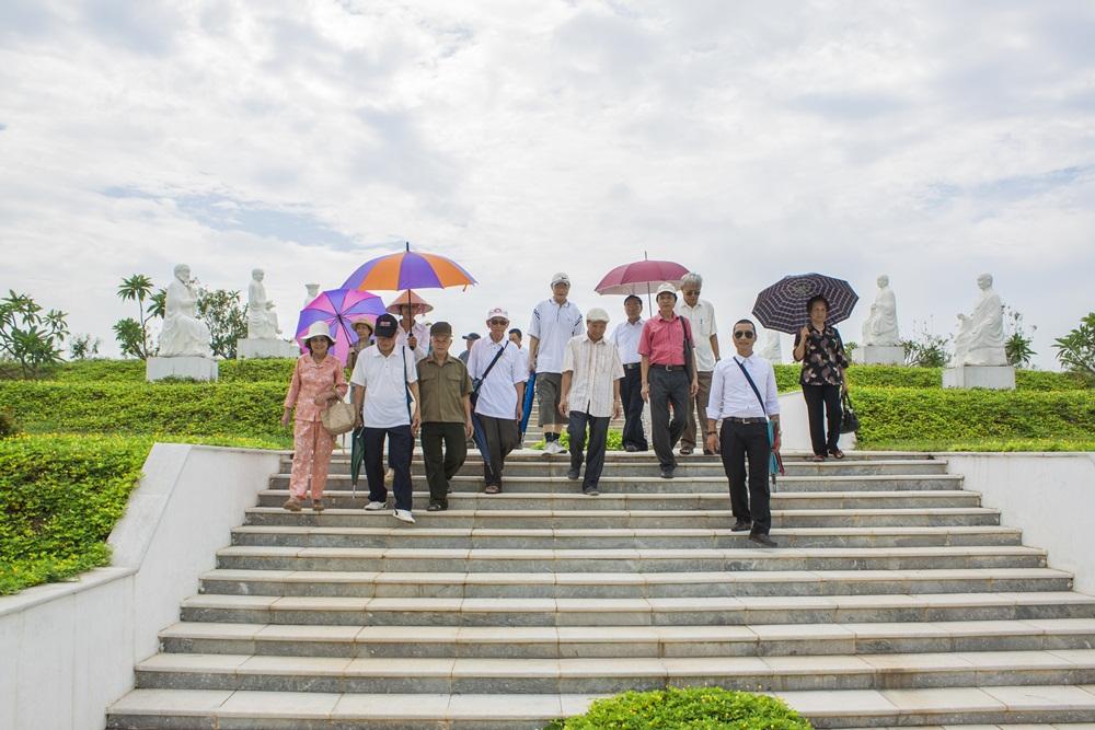 Trưởng phòng giao dịch 135 Phùng Hưng - dẫn đoàn đi thăm quan