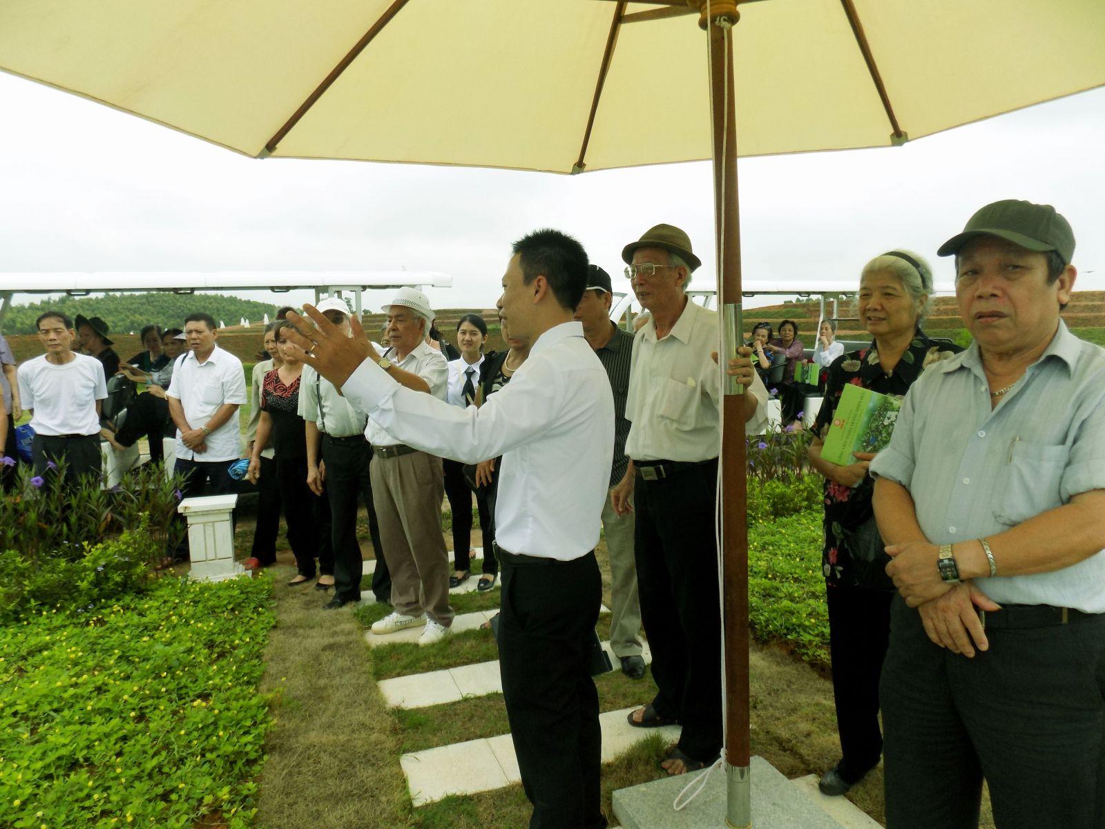 giới thiệu khuôn viên mộ gia đình trước đoàn đại biểu