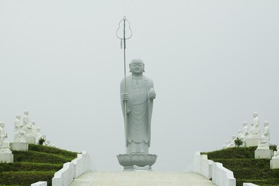 đia tạng vương nằm trên đỉnh đồi kim quy trên trục thần đạo