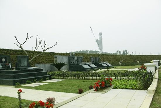 Những khuôn viên mộ phần đẹp dưới chân Địa Tạng Vương