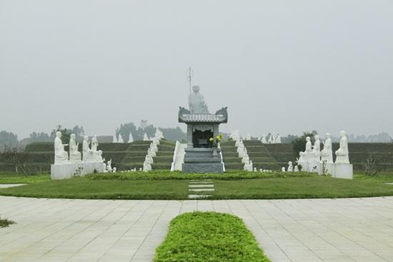 Đỉnh đồi Hoa đào - nơi đật Ban thờ cúng chung