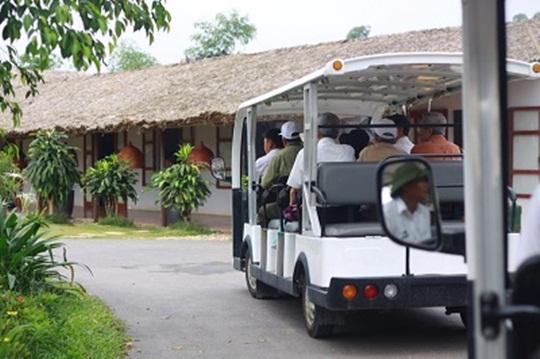 Xe điện đưa đón khách hàng thăm quan dự án
