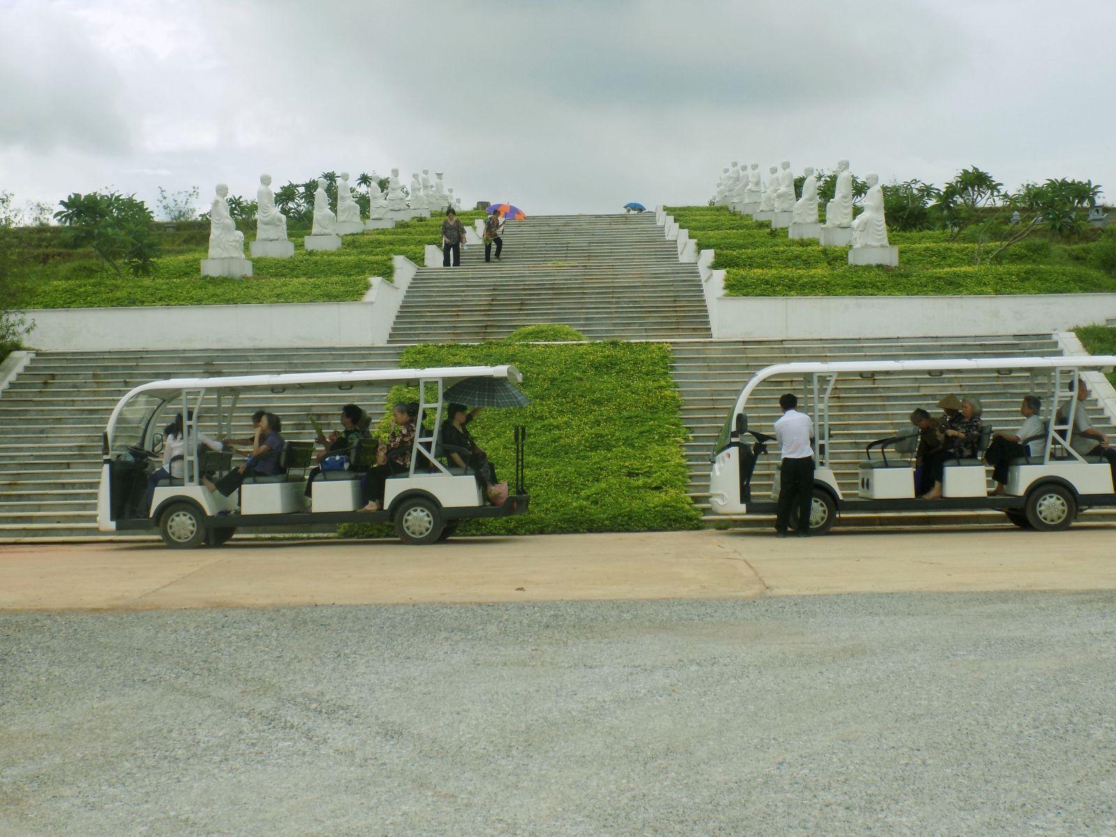 Hệ thống xe điện đưa đón khách thăm quan hoàn toàn miễn phí