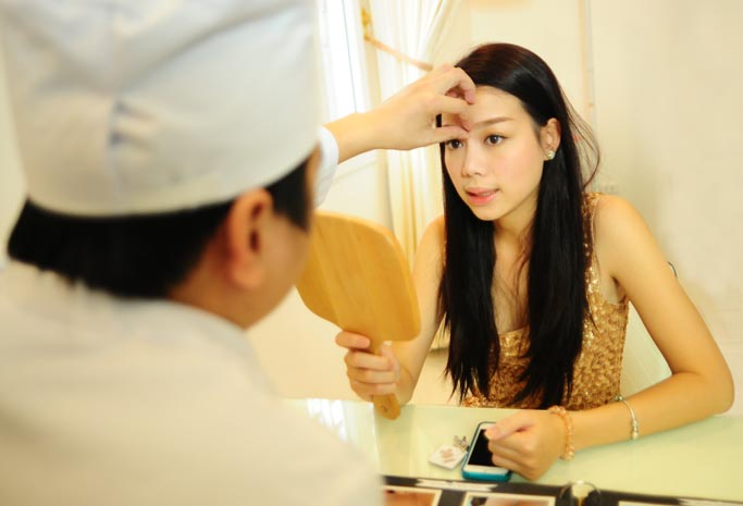 Nhân viên hướng dẫn khách hàng chế độ chăm sóc sau nâng