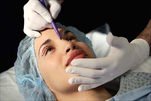 Bác sỹ tiến hành nâng mũi cho khách hàng